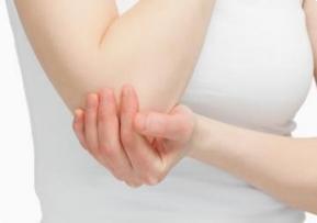 Огрубение и <i>колен</i> потемнение кожи на коленях и локтях